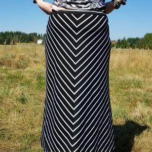 1X Faded Glory BW striped maxi skirt